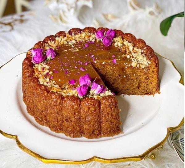 طرز تهیه کیک خرما و گردو با سس کارامل